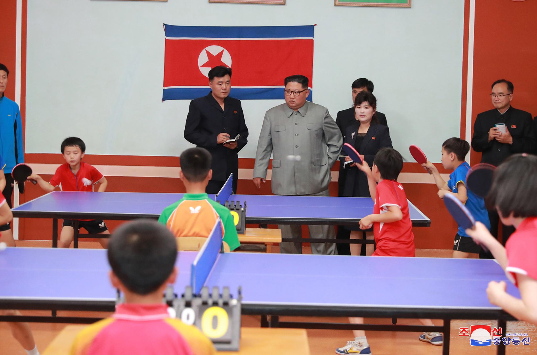 김정은 위원장이 배움의 천리길학생소년궁전 현지지도에서 탁구를 치고 있는 북한 아이들을 바라보고 있다. [조선중앙통신=연합뉴스)]