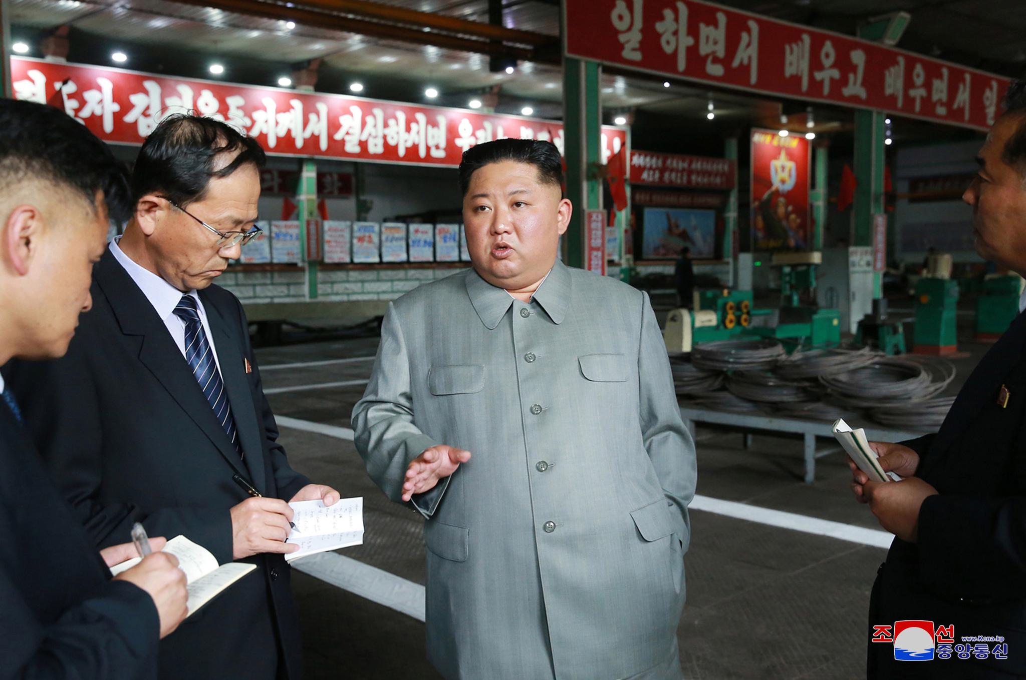 김정은 북한 국무위원장이 강계트랙터 종합공장을 시찰했다고 조선중앙통신이 1일 보도했다. 김정은 북한 국무위원장이 지난달 9일 단거리 미사일 발사 참관 이후 23일만에 공개활동에 나섰다. [조선중앙통신=연합뉴스]