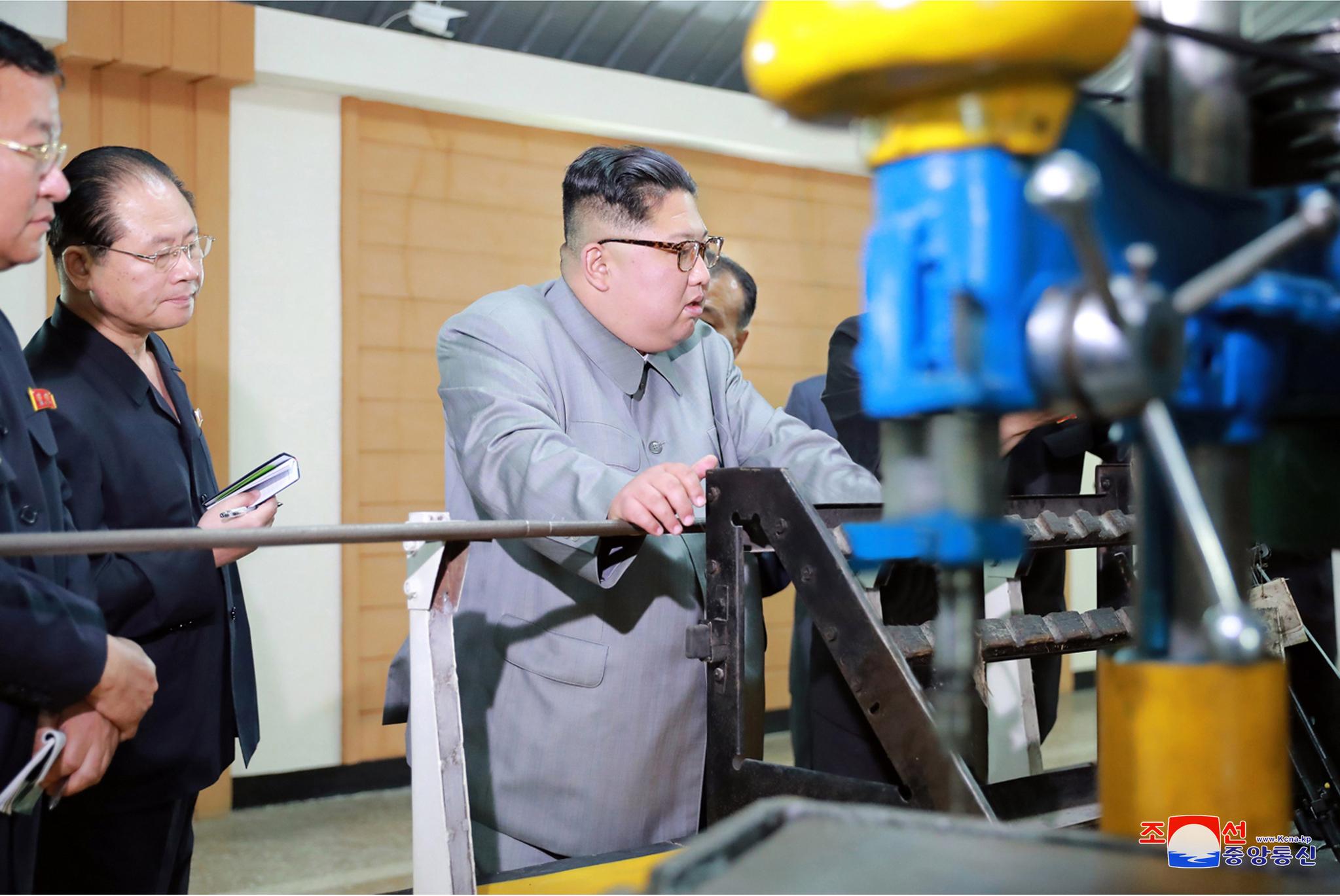 2.8기계종합공장 시찰하는 김정은 위원장.[조선중앙통신=연합뉴스]
