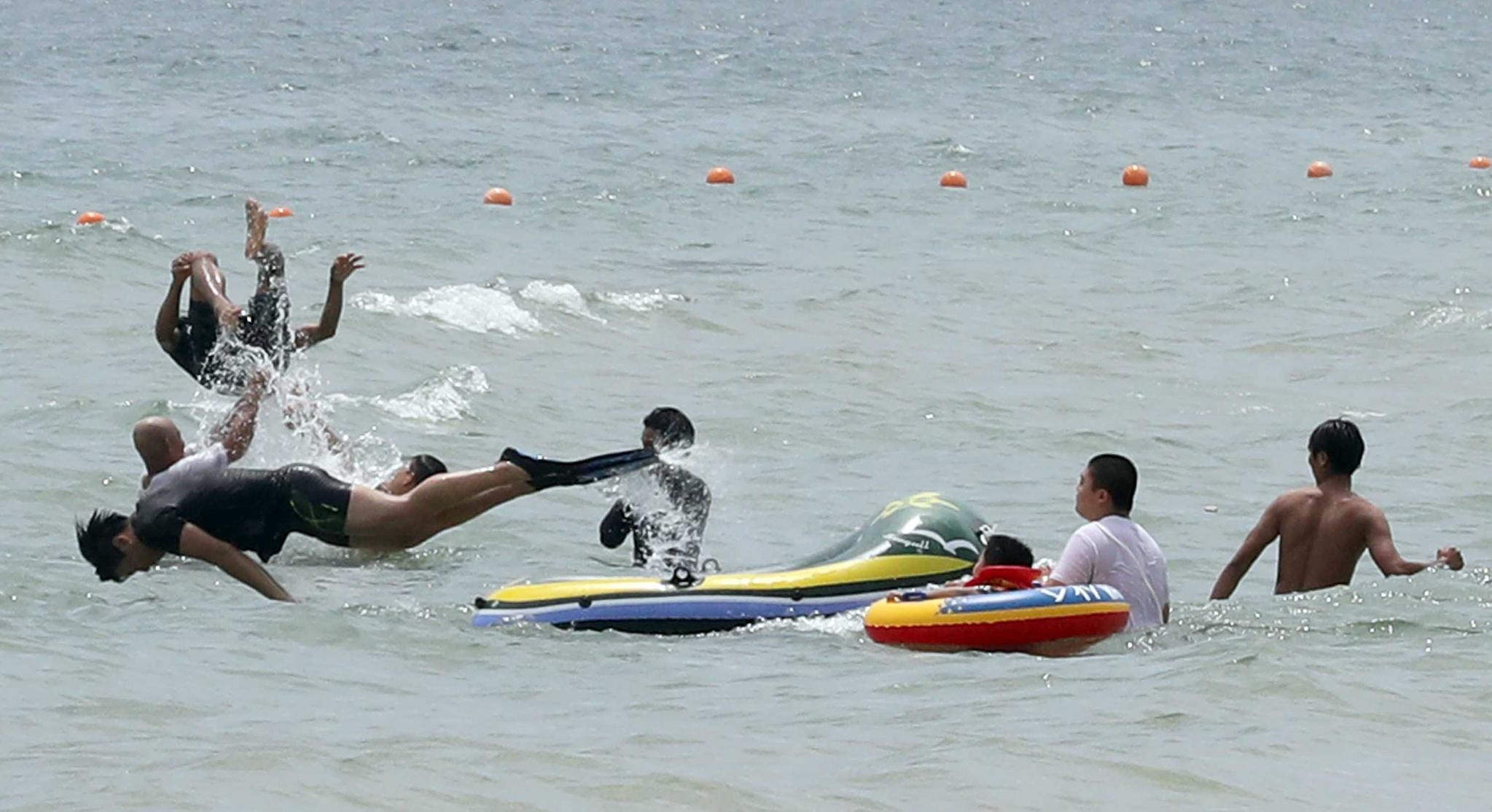 초여름 날씨를 보인 1일 부산 해운대해수욕장을 찾은 시민들이 물놀이를 즐기고 있다. [연합뉴스]