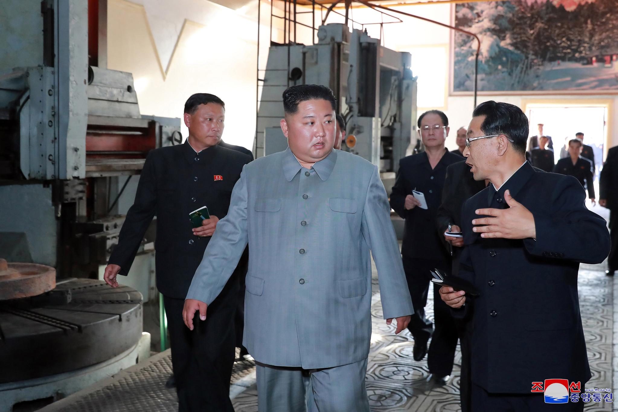 장자강공작기계공장 시찰하는 김정은 위원장 . [조선중앙통신=연합뉴스]
