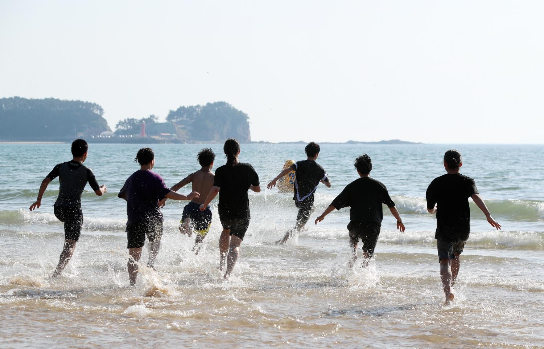 1일 개장한 충남 태안군 만리포해수욕장을 찾은 시민들이 바다로 뛰어들고 있다. [연합뉴스]