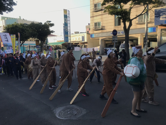 서귀포 칠십리 축제에 마을 어르신들과 함게 함가한 도하리(윗줄 오른쪽 셋째). [사진 글로벌제주문화협동조합]