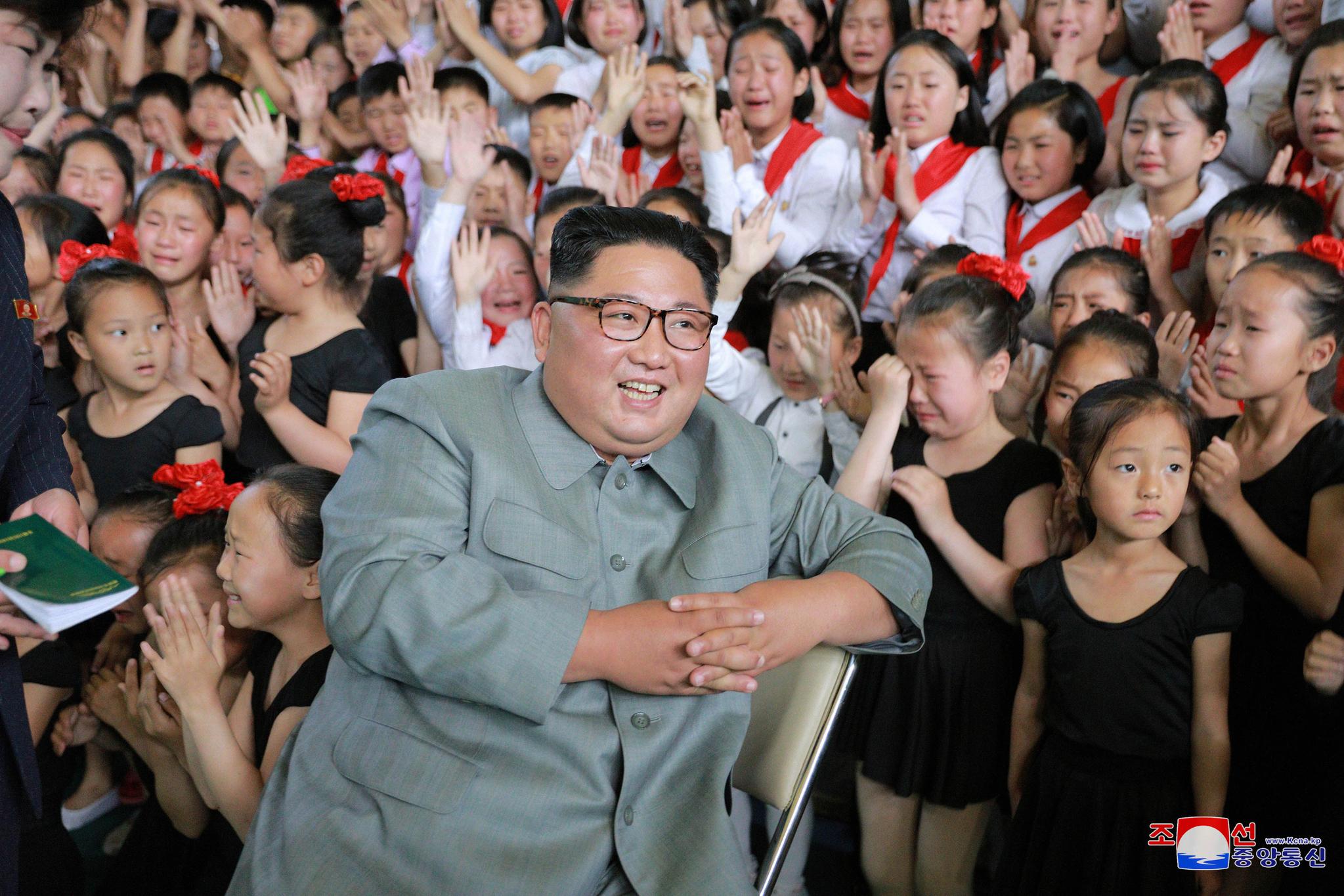 김정은 위원장이 배움의 천리길학생소년궁전 현지지도에서 북한 아이들의 환호를 받고 있다. 김 위원장 오른쪽 뒤로 울고 있는 아이들도 보인다. [조선중앙통신=연합뉴스]