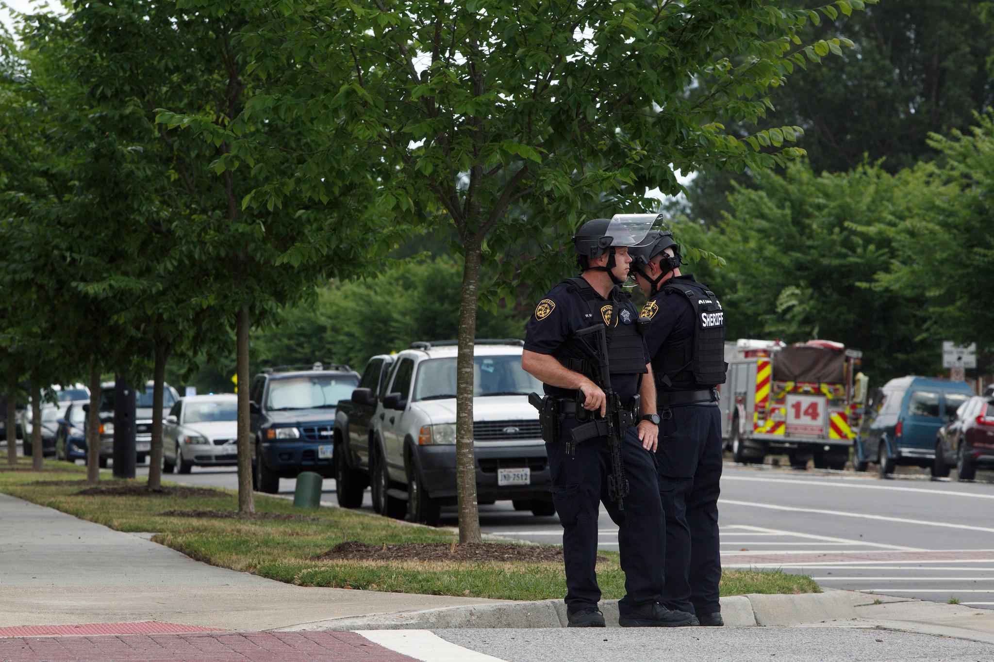 총격 사건이 발생한 버지니아비치 사건 현장에서 경찰들이 경계를 서고 있다. 이 사건으로 인한 부상자 중에는 경찰관도 포함됐는데 그들은 방탄조끼를 입은 덕분에 목숨을 구했다고 전해졌다. [AP=연합뉴스]