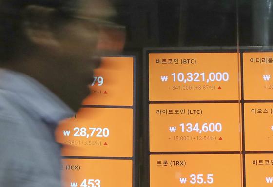5월 27일 서울 강남구 한 가상화폐 업체 전광판에 비트코인 가격이 표시돼 있다. [연합뉴스]