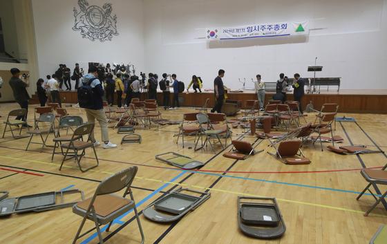 31일 오전 현대중공업 주주총회가 열린 울산대학교 체육관 내부가 아수라장이 되어 있다.송봉근 기자
