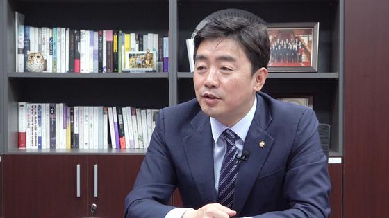 강훈식 민주당 의원이 지난달 30일 국회 의원회관에서 중앙일보와 인터뷰를 하고 있다. 공성룡 기자
