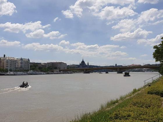 1일 헝가리 부다페스트 다뉴브강에서 수색 보트가 출동하고 있다.