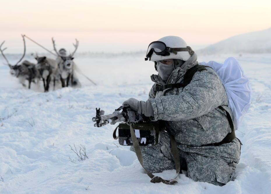 순록 썰매 옆에서 경계 중인 러시아 육군. [사진 러시아 국방부]