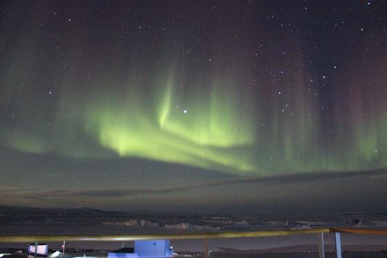남극대륙 장보고과학기지에서 본 5월 극야의 하늘과 오로라. [사진 극지연구소]