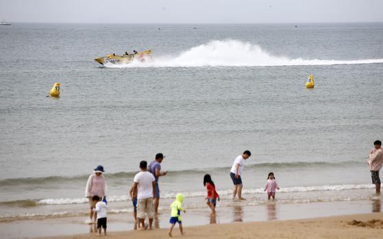 1일 충남 태안군 만리포해수욕장을 찾은 피서객들이 해변에서 더위를 식히고 있다. 이날 개장한 만리포해수욕장은 오는 8월 18일까지 운영된다. 기상청은 기온이 오르면서 3~5일 경북을 중심으로 폭염특보가 발효될 가능성이 있다고 밝혔다. [연합뉴스]