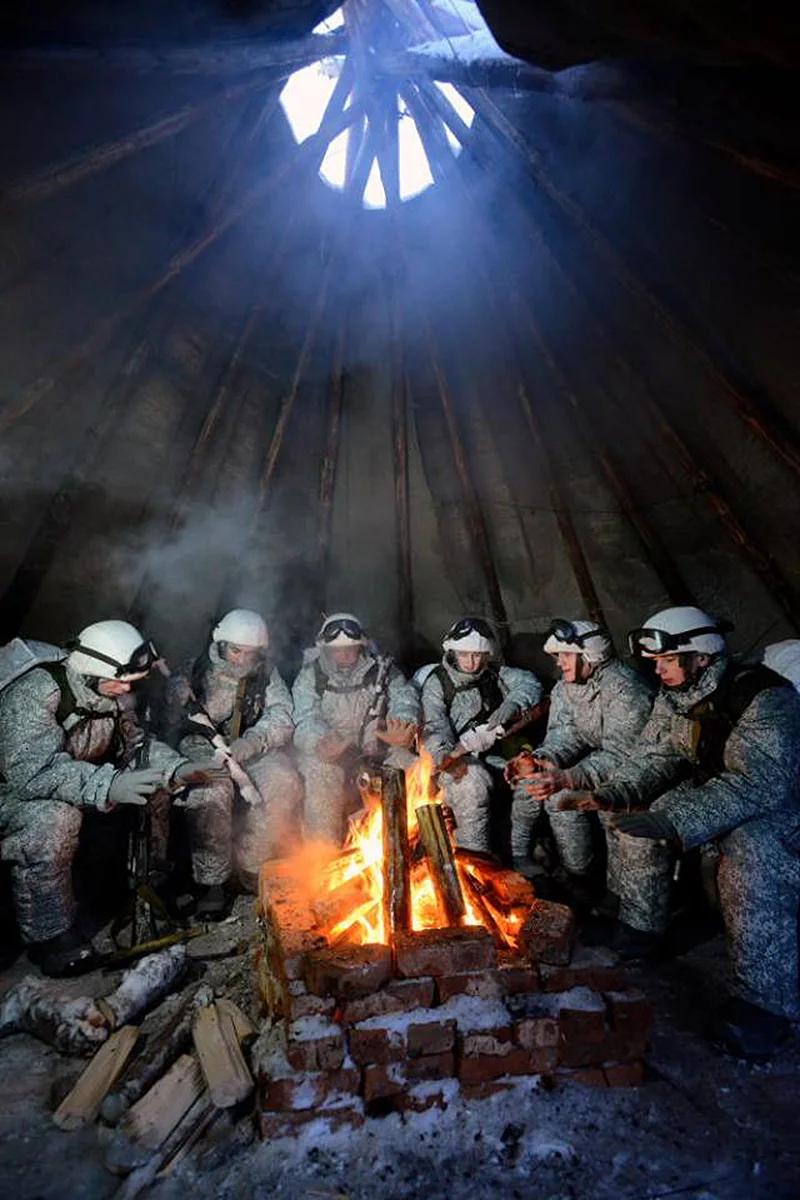 북극권에서 훈련 중인 러시아 육군. 불을 쬐며 잠시 쉬고 있다. [사진 러시아 국방부]