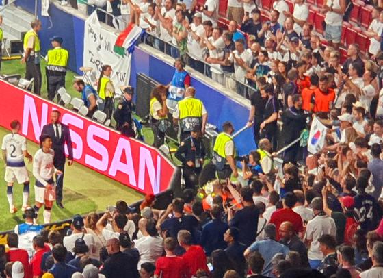 유럽 챔피언스리그 결승전 직후 태극기를 흔드는 한국 팬들에게 인사하는 손흥민. 마드리드=백종현 기자