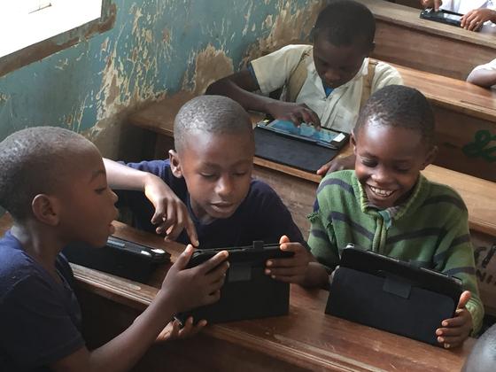 2017년 탄자니아 욤보 초등학교 학생이 에누마의 킷킷스쿨이 탑재된 태블릿 PC로 공부하고있다.