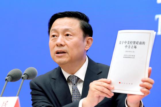 궈웨이민 중국 국무원 부주임이 2일 '중·미 무역협상에 관한 중국의 입장'이라는 제목의 백서를 공개하고 있다. [EPA=연합뉴스]