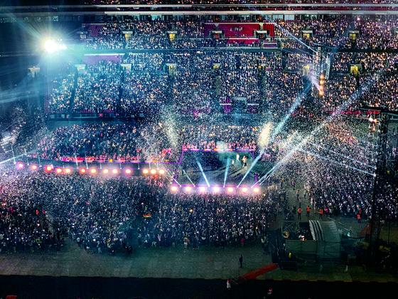 한국 가수 최초로 지난 1일(현지시간) 영국 런던 웸블리 스타디움에서 단독 콘서트를 연 방탄소년단. 유럽 각국에서 온 6만여 관객이 운집해 열띤 환호를 보냈다. 네이버 V라이브 플러스 생중계로 지켜본 사람들도 14만 명에 달한다. [연합뉴스]