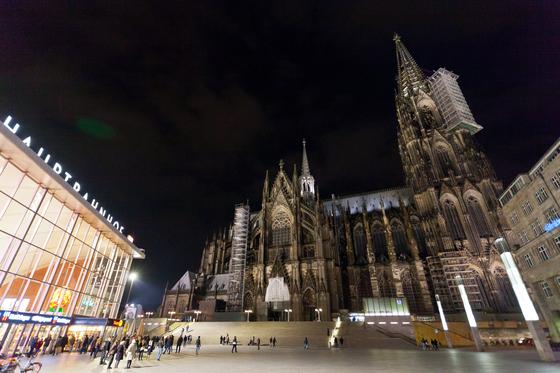 독일 쾰른 대성당은 중세 고딕 건축의 백미로 꼽힌다. 제2차 세계대전 당시 성당을 뒤덮은 그을음이 아직 남아 있어 더 기괴해 보인다. 533개의 비좁은 원형 계단을 걸어서 탑 꼭대기에 오르면 쾰른 시내가 한눈에 들어온다.