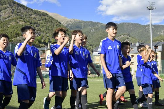 지중해국제유소년축구대회에 참가한 FC 포텐셜 선수들이 환호하고 있다. [사진 FC 포텐셜]