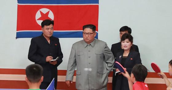 김정은 북한 국무위원장이 배움의 천리길학생소년궁전을 현지지도 하고 있다.[조선중앙통신]