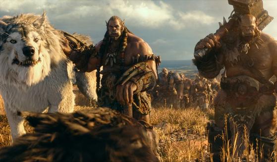 '워크래프트'의 오크는 매력적인 전사의 모습으로 소개된다. 사진은 영화 '워크래프트: 전쟁의 서막'에 나오는 오크의 모습.