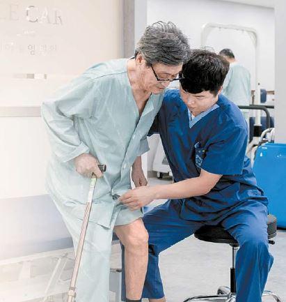 요양병원을 선택할 때는 의료기관 인증과 적정성 평가 등급을 파악하고 재활치료 인원·기구 등이 충분한지 확인해야 한다 김동하 기자