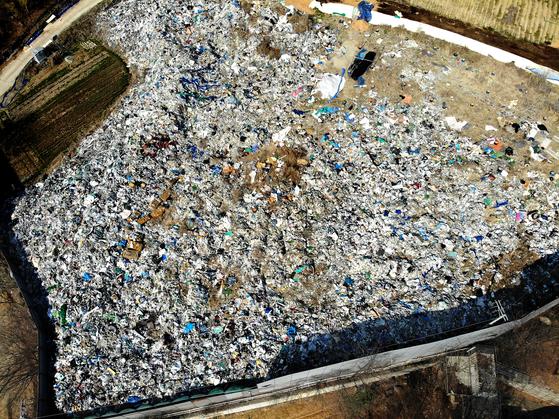경기도 파주시에 불법 투기된 쓰레기가 철제 펜스에 둘러싸인 채로 4년째 방치돼 있다. 전국적으로 확인된 불법 쓰레기만 120만t이다. 천권필 기자