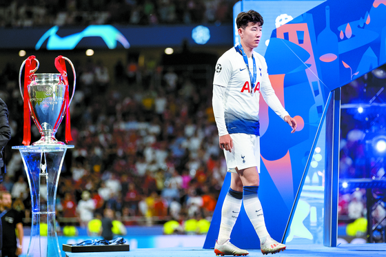 손흥민은 2018-19시즌 소속팀 토트넘과 국가 대표팀을 오가며 발군의 활약을 펼쳤다. 하지만 시즌 마지막 경기인 챔피언스리그 결승에선 0-2로 패배, 우승컵 앞에서 발길을 돌려야했다. [펜타프레스=연합뉴스]