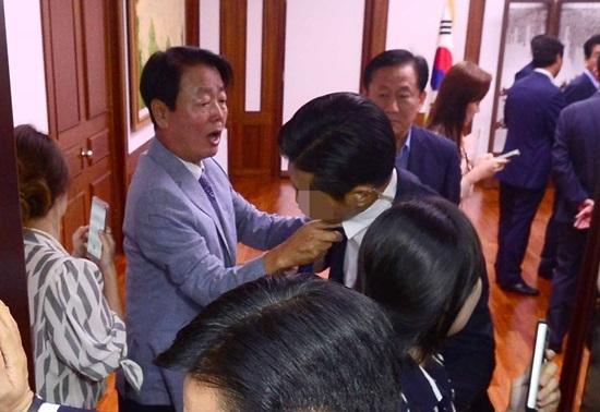 '정세균 국회의장 사퇴결의안'을 발표한 새누리당 의원들이 2016년 9월 1일 서울 여의도 국회의장 집무실에서 정 의장 항의 방문 중 한선교 의원이 취재진들의 출입을 막은 경호원들과 실랑이를 하고 있다. [뉴시스]