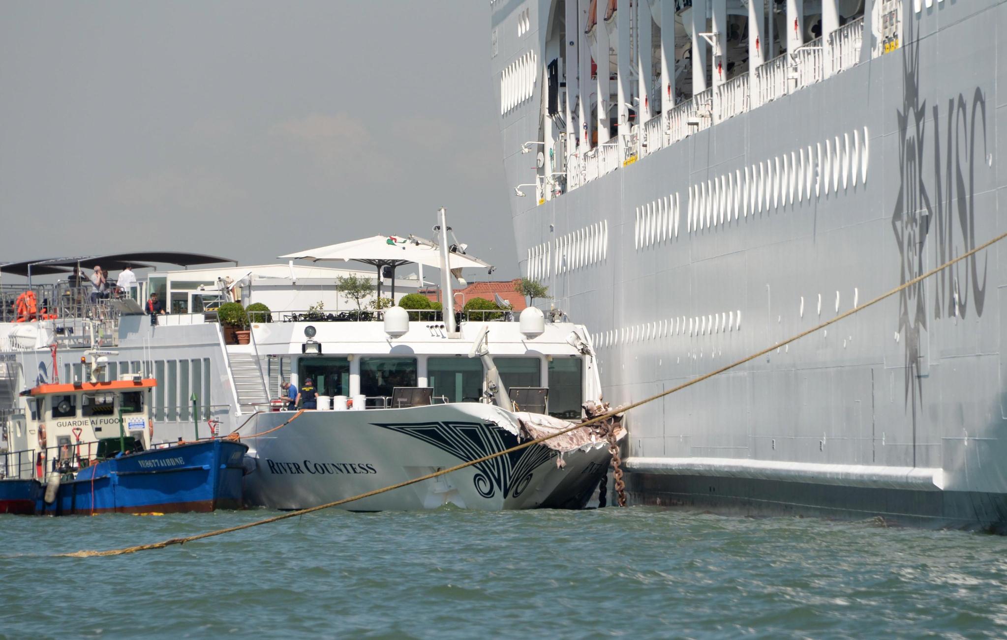 2일(현지시간) 이탈리아 베네치아에서 대형 크루즈 유람선이 정박해 있던 소형 유람선과 선착장을 추돌하는 사고가 발생했다. [EPA=연합뉴스]
