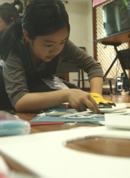 하트 캐리어를 만들기 위해 EVA폼을 재단하는 고은빈 영메이커.