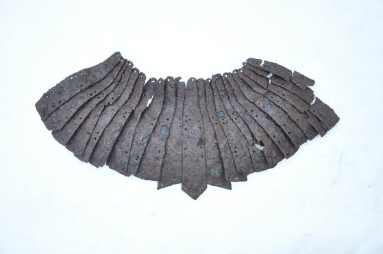 창원시 현동 유적에서 발견된 투구. [사진 삼한문화재연구원]