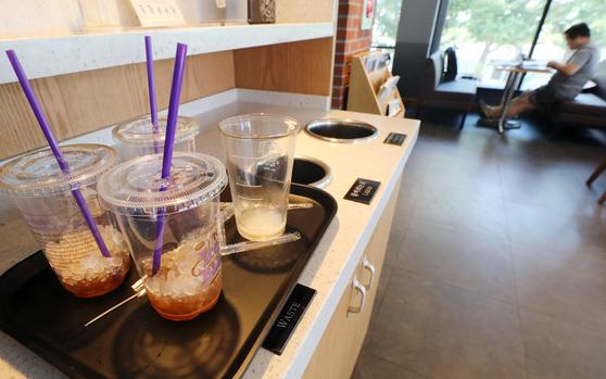 지난해 5월 일회용컵 줄이기 자발적 협약을 체결한 이후 커피전문점과 패스트푸드점 매장내 일회용컵 사용량이 크게 줄어든 것으로 조사됐다. [뉴스1]