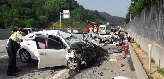 4일 오전 7시34분쯤 충남 공주시 우성면 당진-대전고속도로에서 발생한 화물차 역주행 교통사고로 화물차 운전자와 동승자 등 3명이 숨졌다. [사진 공주소방서]