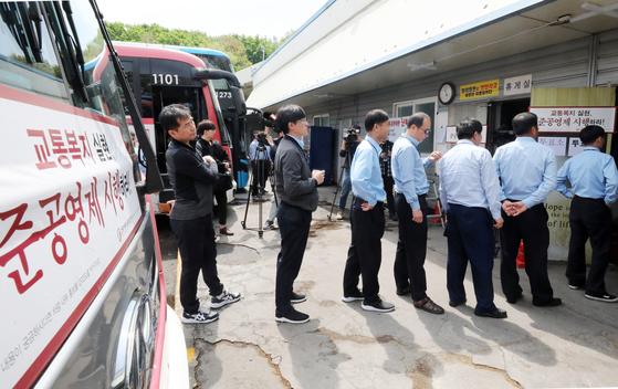 경기 버스 파업 찬반 투표가 시작된 8일 오전 경기도 용인시 처인구의 한 버스업체에서 경기자동차노조 회원들이 투표를 하고 있다. [뉴스1]