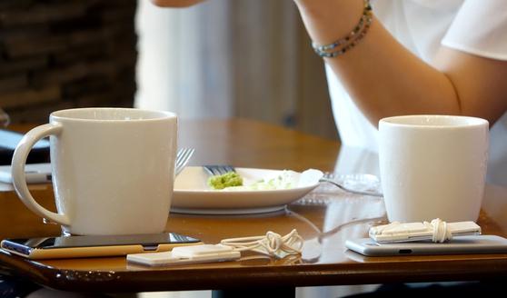 커피전문점과 패스트푸드점 매장 내에서는 일회용 컵 대신 다회용 컵 사용이 자리를 잡아가고 있는 것으로 나타나고 있다. 사진은 서울 시내 한 카페 내에서 고객들이 머그잔으로 커피를 마시고 있다. [연합뉴스]