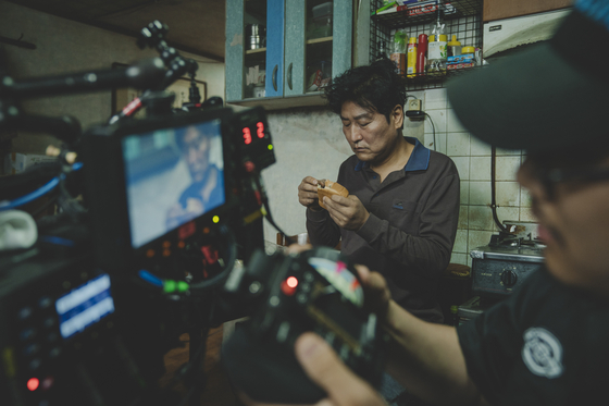 지난해 촬영이 진행된 영화 '기생충'의 촬영현장 모습. [사진 CJ엔터테인먼트]