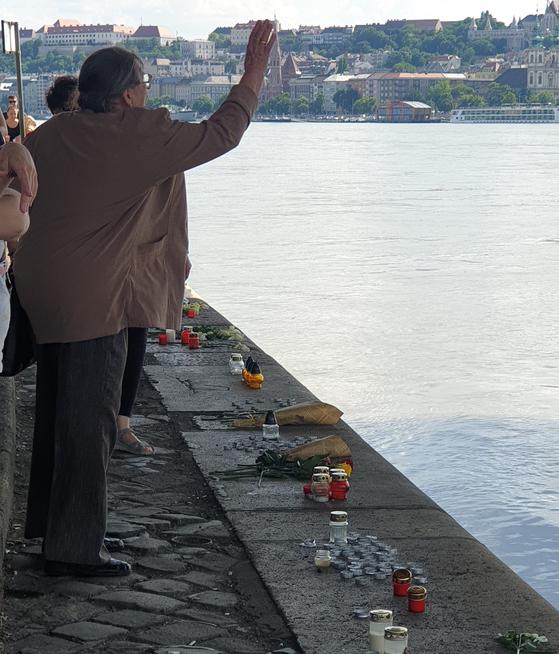 2일(현지시각) 부다페스트 다뉴브강 머르기트 다리 아래에서 한 헝가리 여성이 꽃을 던지며 희생자들을 추모하고 있다. 부다페스트=박태인 기자