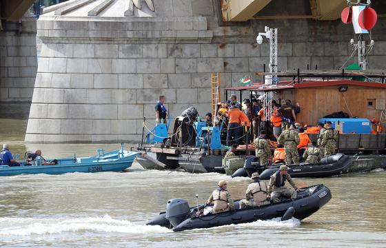 헝가리 부다페스트 다뉴브강 유람선 침몰사고 엿새째인 3일 오후(현지시간) 다뉴브강 머르기트 다리 유람선 침몰현장 인근에서 정부합동신속대응팀 잠수사 2명이 잠수 준비를 하고 있다. [뉴스1]