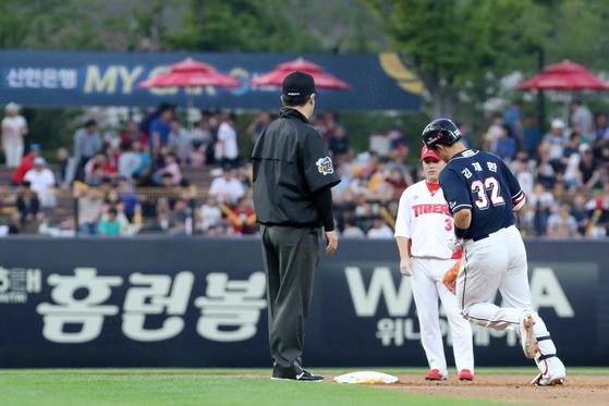 4일 KIA전에서 3회 스리런 홈런을 때린 뒤 다이아몬드를 도는 두산 김재환(오른쪽). [뉴스1]
