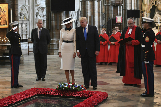 미국 트럼프 대통령과 멜라니아 영부인이 영국 방문 첫날인 3일(현지시간) 웨스트민스터 사원에서 무명용사비에 헌화하고 있다. [AP=연합뉴스]