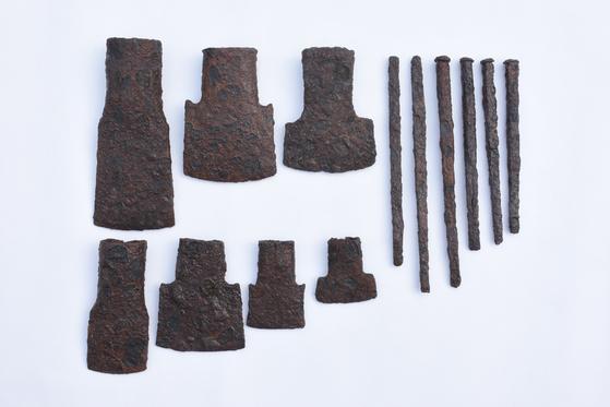 아라가야 유적지에서 출토된 쇠도끼. [사진 삼한문화재연구원]