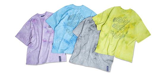 길이가 짧은 크롭 티셔츠에 타이다이 패턴을 적용한 로맨틱크라운. [사진 무신사]