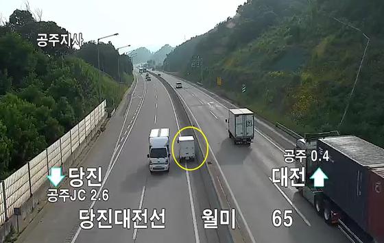 4일 오전 당진-대전고속도로에서 역주행하는 라보 화물차(노란색 원)을 다른 화물차가 아짤하게 피해서 운행하고 있다. [사진 한국도로공사]