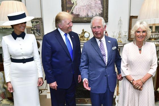 미국 도널드 트럼프 대통령과 멜라니아 영부인이 영국의 찰스 왕세자, 카밀라 왕세자빈과 3일 오후(현지시간) 런던의 클래런스 하우스에서 애프터눈티를 마시기 전 포즈를 취하는 모습. 트럼프 대통령은 이 날을 시작으로 3일간의 영국 방문에 나섰다. [AP=연합뉴스]