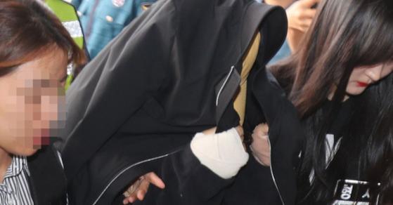 지난 1일 오후 전 남편을 살해하고 달아난 혐의(살인)를 받고 있는 고모씨가 경찰에 체포돼 제주시 제주동부경찰서로 압송되고 있다. [뉴스1]