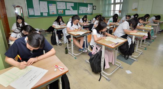 2020학년도 대학수학능력시험 6월 모의평가가 시행된 4일 오전 경북 포항시 장성고등학교 3학년 교실에서 학생들이 1교시 국어 영역을 앞두고 답안지를 작성하고 있다.[뉴스1]