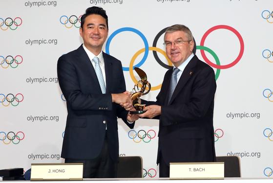 홍정도 중앙일보ㆍJTBC 대표이사 사장(왼쪽)이 토마스 바흐 IOC위원장과 악수를 하고 있다. 로잔=정시종 기자