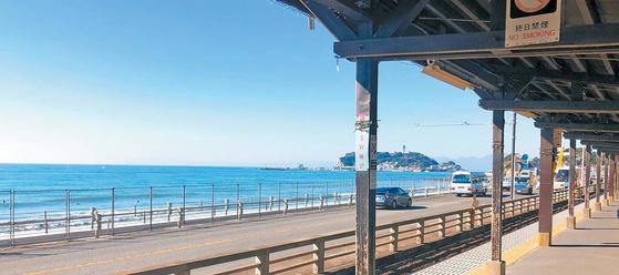 고시고에역에서 이나무라카사키역까지는 차창 밖으로 바다 풍경이 펼쳐진다. [사진 『도쿄 하루 여행』]