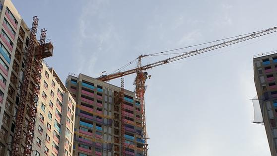 4일 오전 7시 서울시 은평구 수색동의 한 아파트 건설 현장 전경. 대형 타워크레인 점거 농성이 진행되고 있다. 김민중 기자.